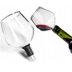 Kieliszek konesera wina nakładany na butelkę zatyczka do pij z butelki