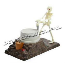 Interaktywna skarbonka szkieletor kręci studnią