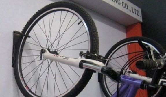 Rower na ścianie powieszony uchwycie za koło
